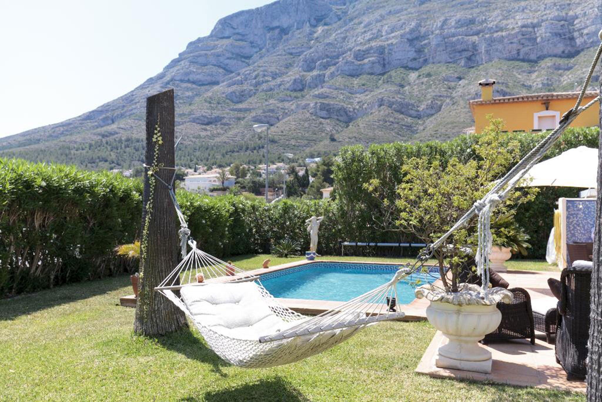 Piscina y tumbona en una casa en alquiler vacacional en Dénia – Quality Rent a Villa