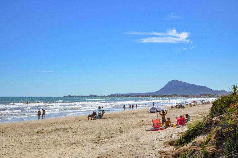 La playa cercana a una casa de alquiler en Dénia - Aguila Rent a Villa