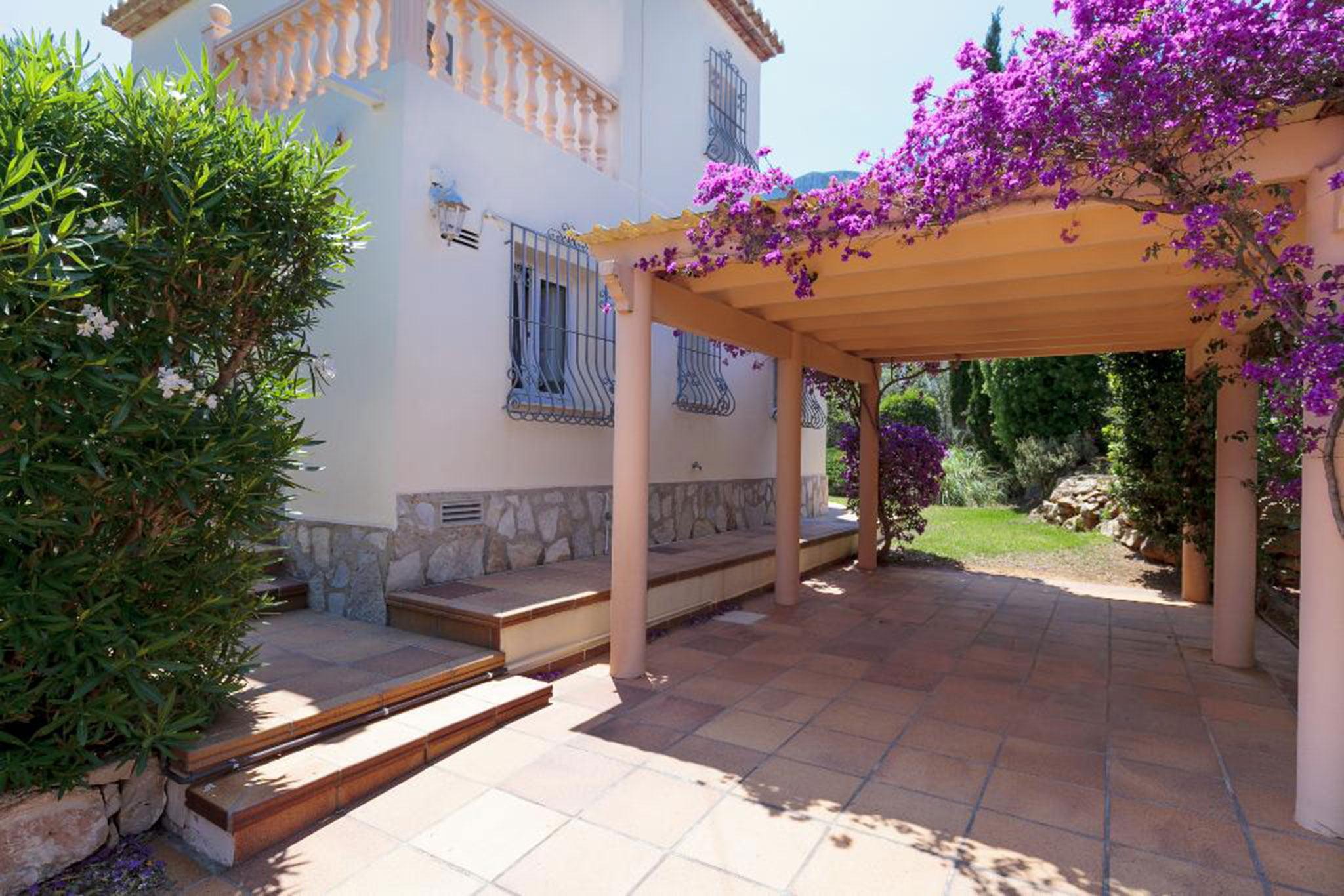 Aparcamiento cubierto de una casa en alquiler vacacional en Dénia – Quality Rent a Villa