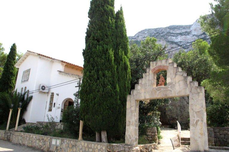 Portal exterior de la ermita del Pare Pere en Dénia   Imagen: Tino Calvo