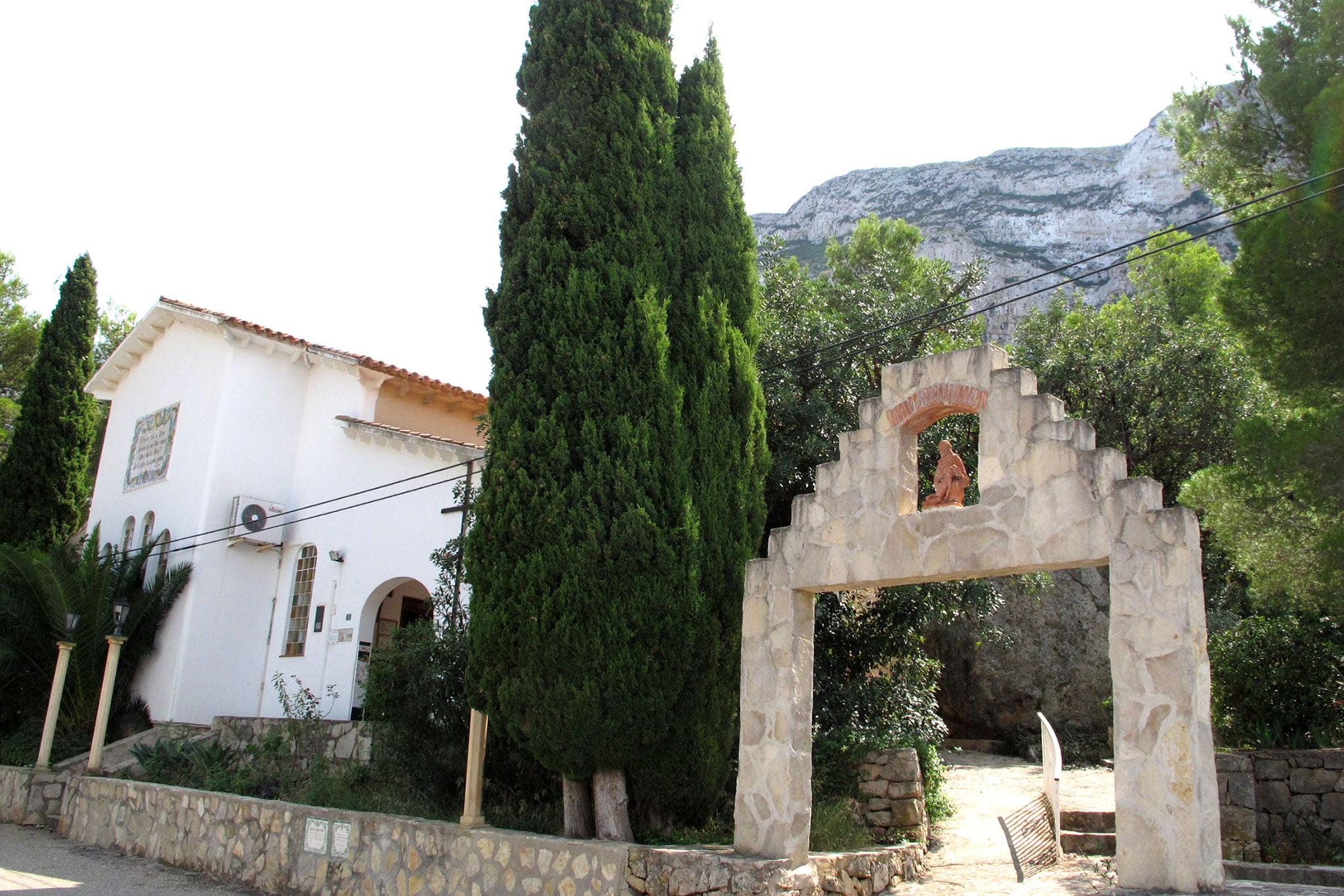 Portal exterior de la ermita del Pare Pere en Dénia | Imagen: Tino Calvo