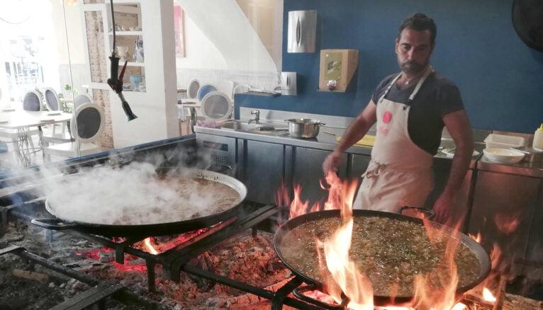 Rafa Margós prepara una paella en su restaurante de Dénia, Las Bairetas