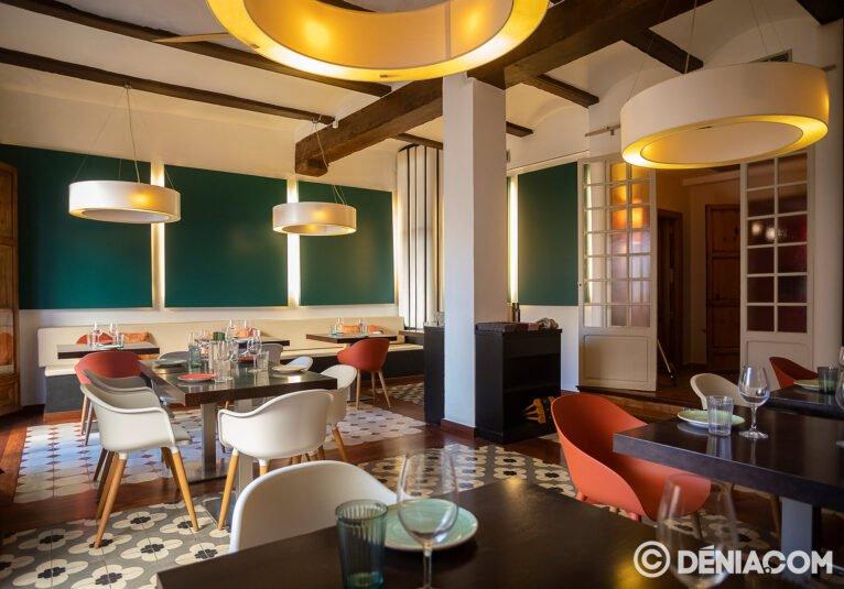 Salon avec tables à La Chula de Cavallers