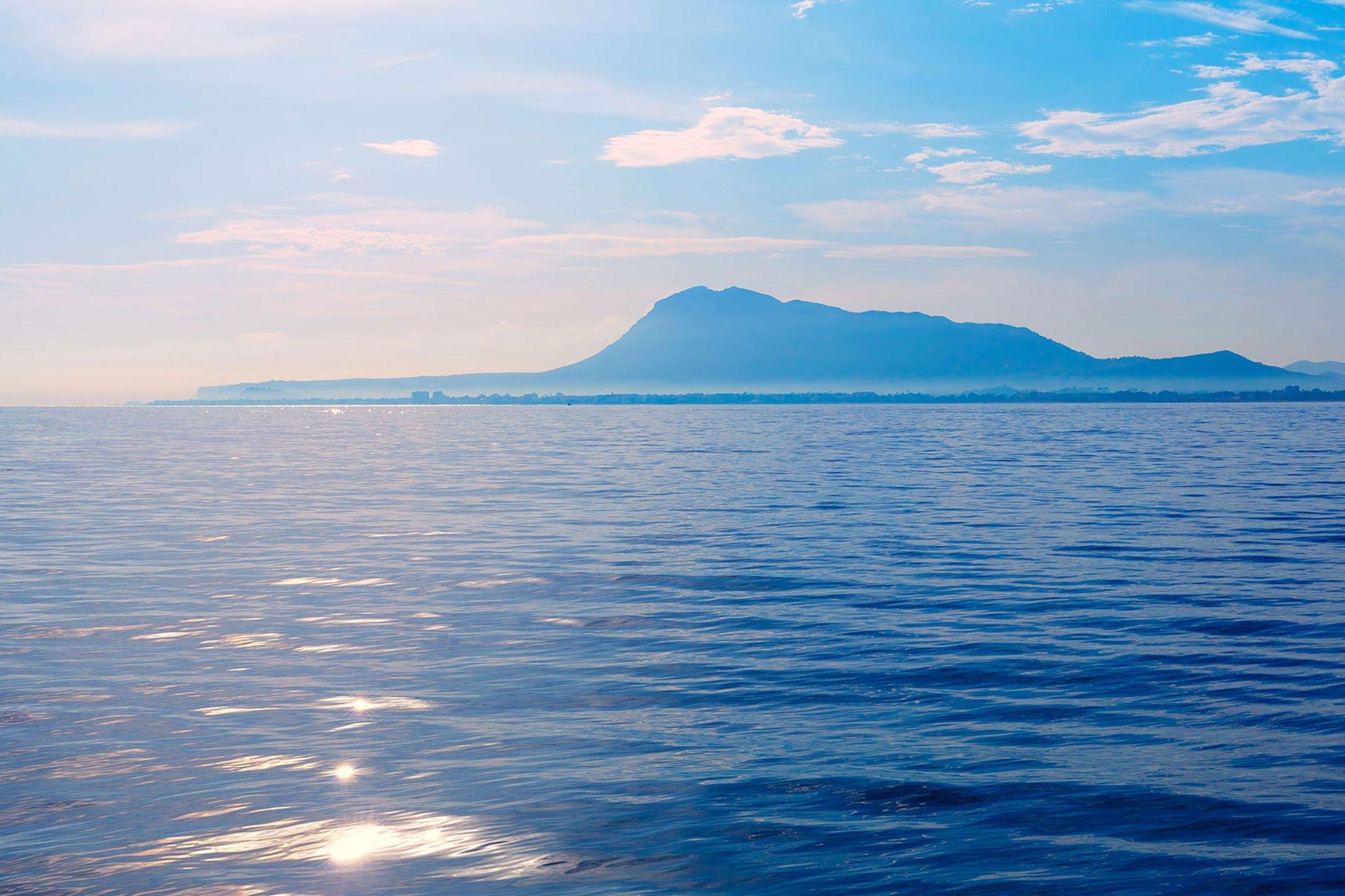 La silueta del Montgó desde el mar (Fuente: Banco de imágenes Shutterstock)