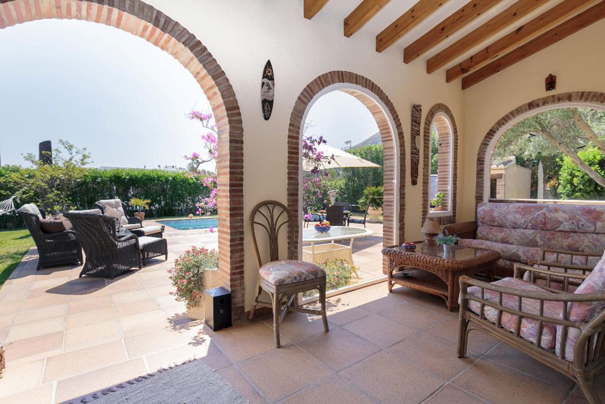 Terraza cubierta de una casa en alquiler vacacional en Dénia – Quality Rent a Villa