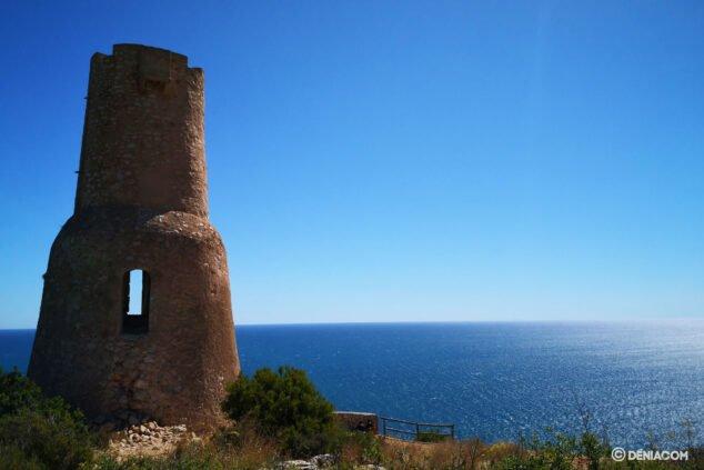 Bild: Der Torre del Gerro am Fuße des Montgó in der Nähe von Cabo de San Antonio