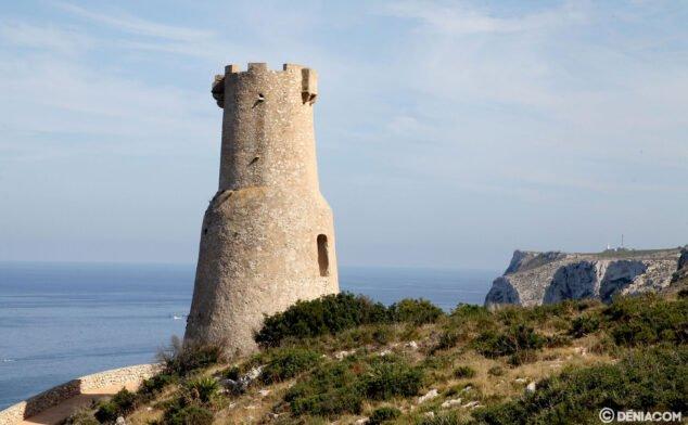 Imagen: La Torre del Gerro con el Cabo de San Antonio al fondo
