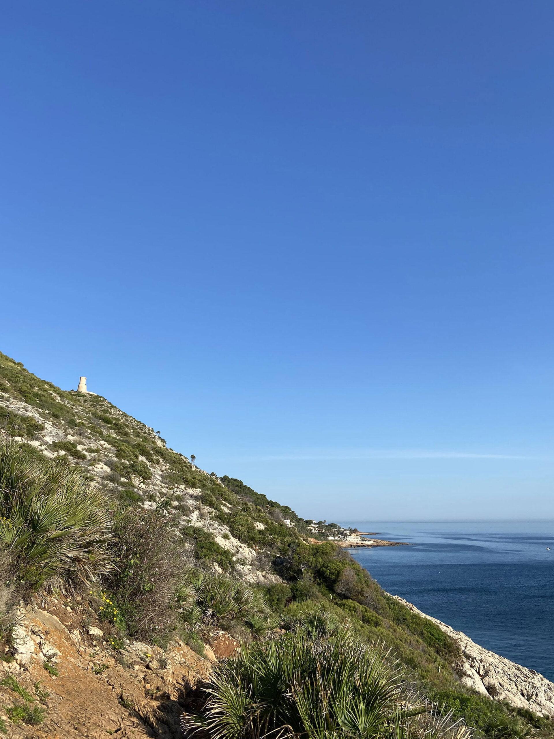 Vista de la Torre del Gerro desde el sendero de la Cova Tallada