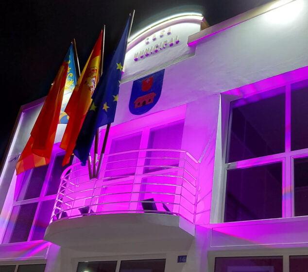 Imagen: Ayuntamiento de La Xara iluminado de rosa