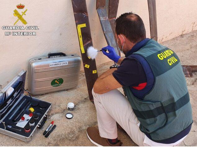 Image: Civil Guard scientist looking for footprints
