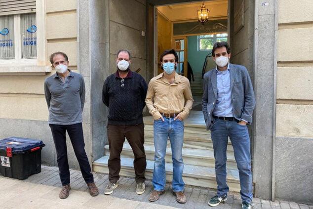 Изображение: команда El Sustituto перед клиникой Buigues | Тино Кальво