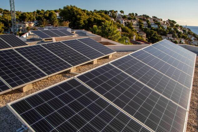 Imagen: Instalación de placas solares – Sun & Projects