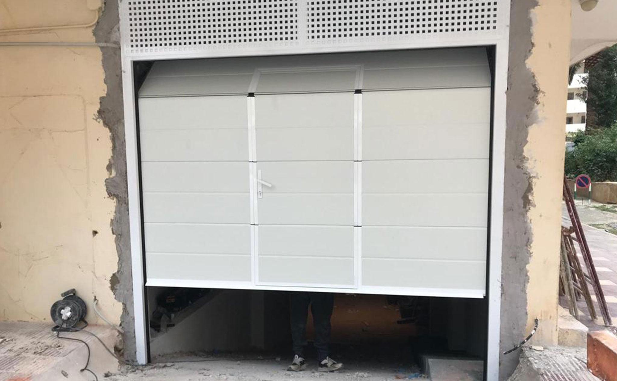 Instalación de una puerta seccional en un garaje en Dénia – Alucardona PVC y Aluminios S.L.