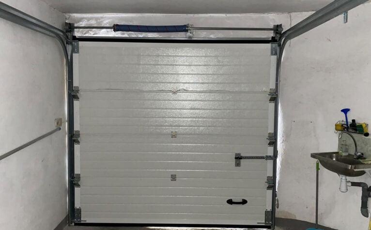 Interior de una puerta seccional en un garaje en Dénia - Alucardona PVC y Aluminios S.L.