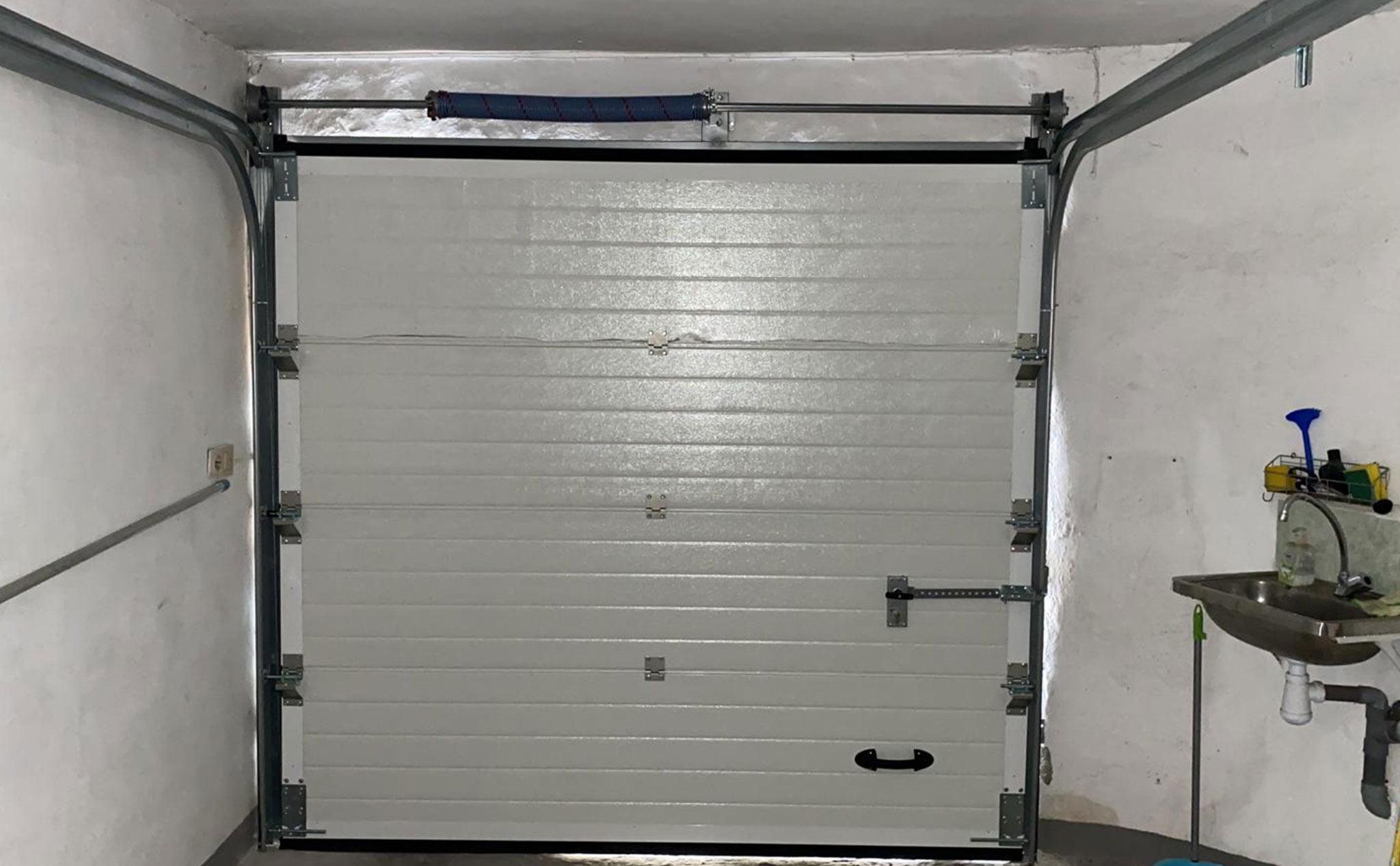 Interior de una puerta seccional en un garaje en Dénia – Alucardona PVC y Aluminios S.L.