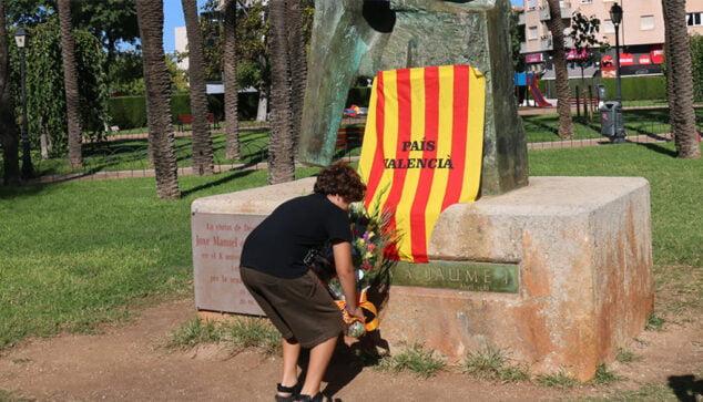 Imagen: Ofrenda de flores a Jaume I en el acto de Compromís del 9 d'Octubre de 2019