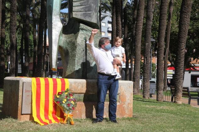 Imatge: Ofrena de flors a l'estàtua de Jaume I | Tino Calvo