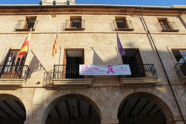 Imagen: Pancarta de AMUNT en la fachada del ayuntamiento