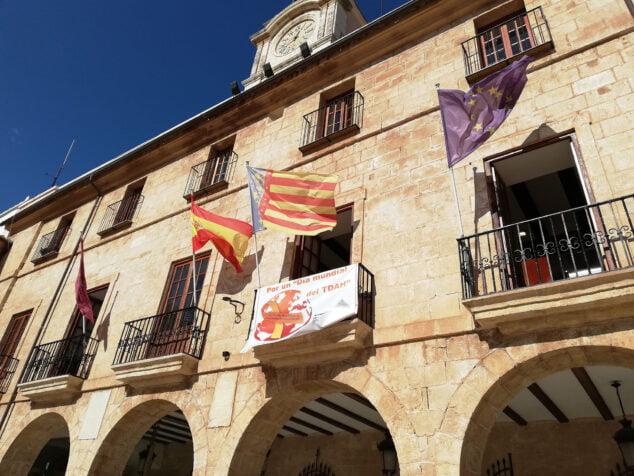 Image: Bannière sur la façade de la mairie pour la journée du TDAH