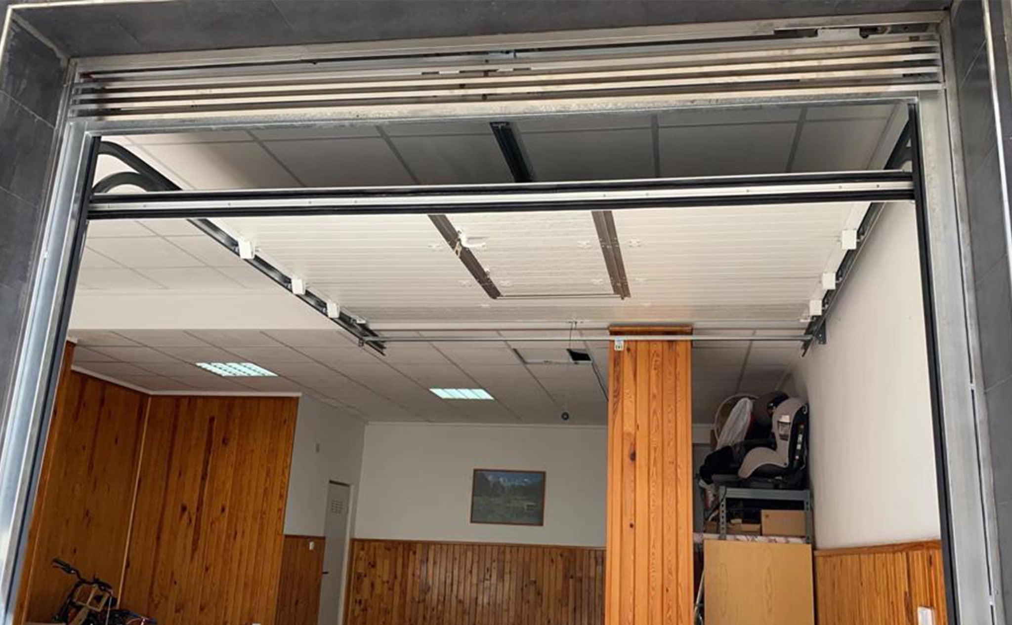 Puerta seccional en un garaje en Dénia – Alucardona PVC y Aluminios S.L.
