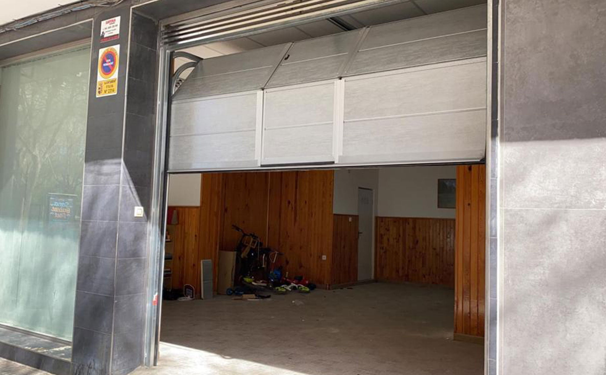 Una puerta seccional para garaje en Dénia – Alucardona PVC y Aluminios S.L.