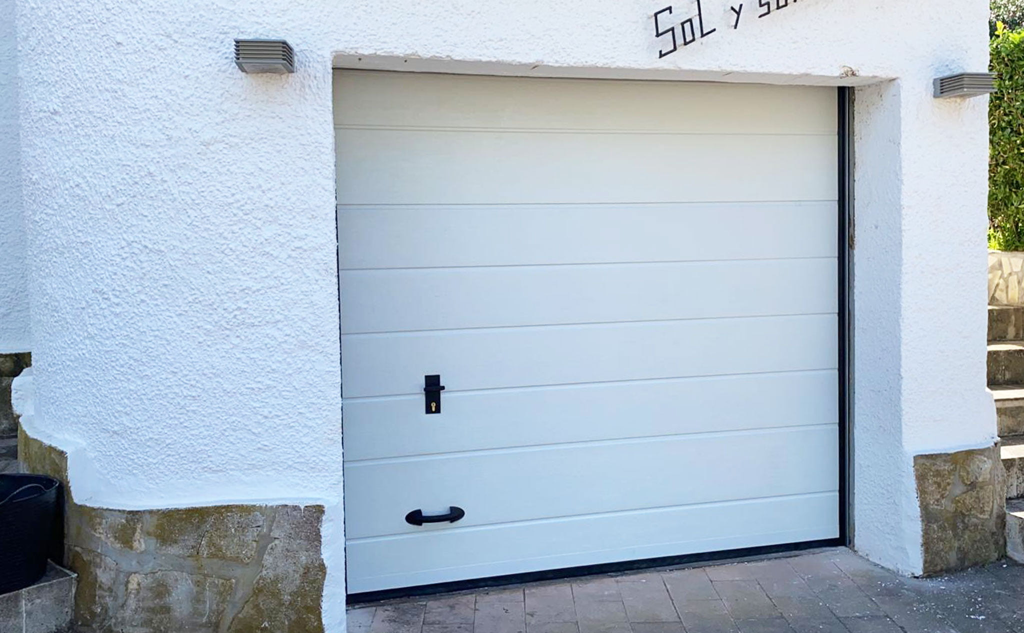 Puertas seccionales en garajes en Dénia – Alucardona PVC y Aluminios S.L.
