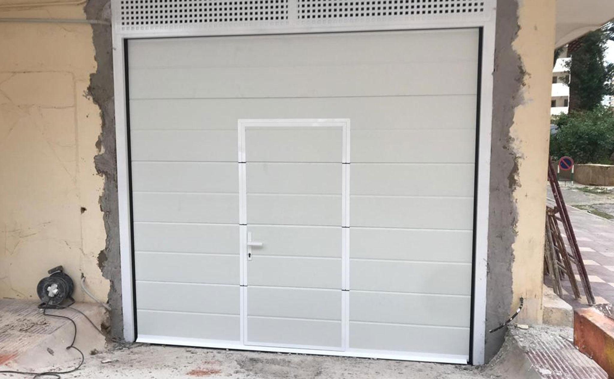 Resultado de la instalación de una puerta seccional en un garaje en Dénia – Alucardona PVC y Aluminios S.L.