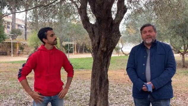 Imagen: Agustí Espí junto a Rafa Carrió explicando las propuestas de Compromís