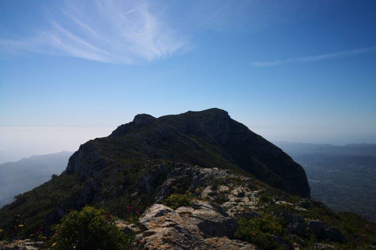 La cima del Montgó vista desde las inmediaciones de la Creueta