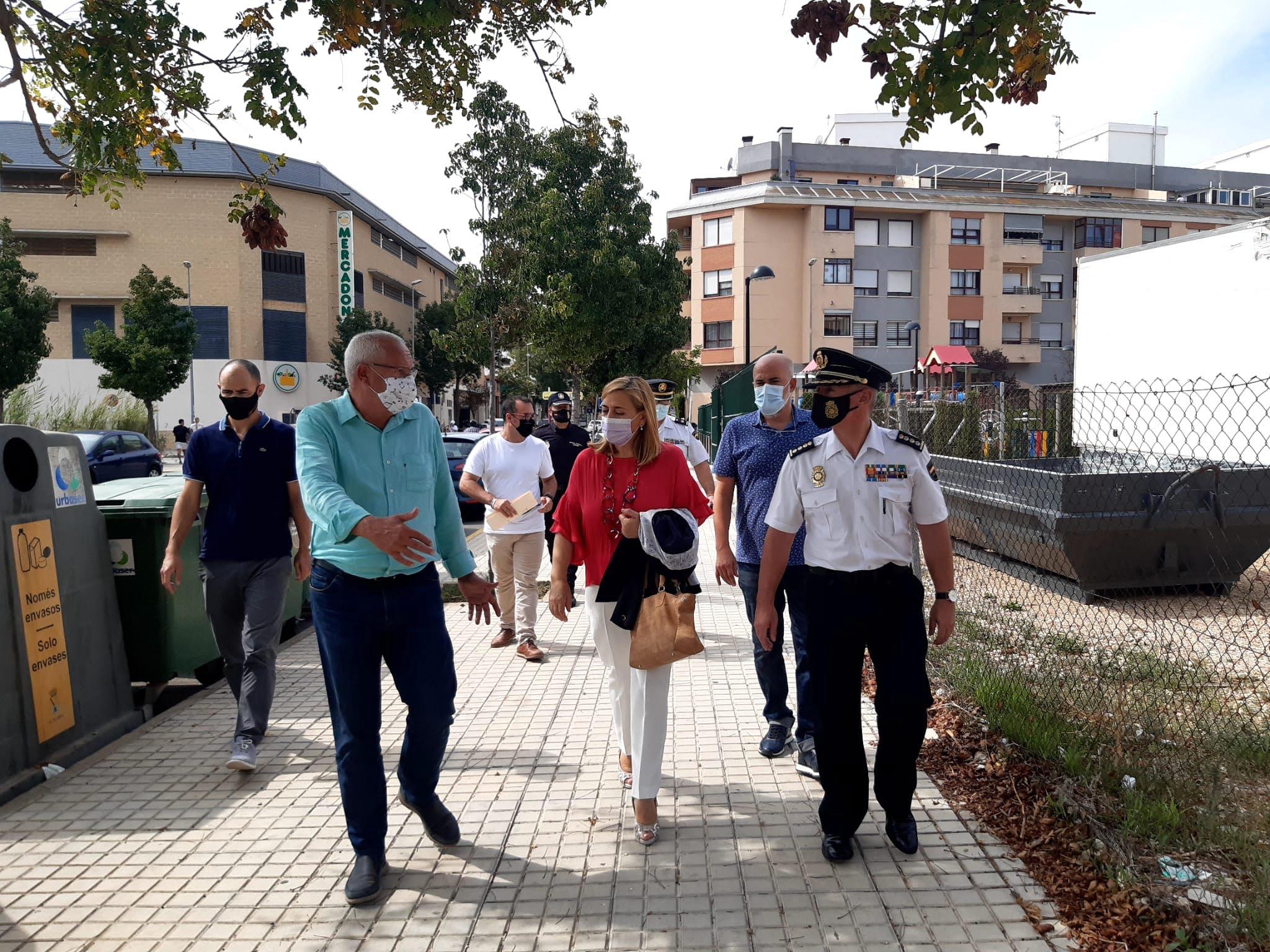 Grimalt junto a Araceli Poblador en el párking público de Miguel Hernández
