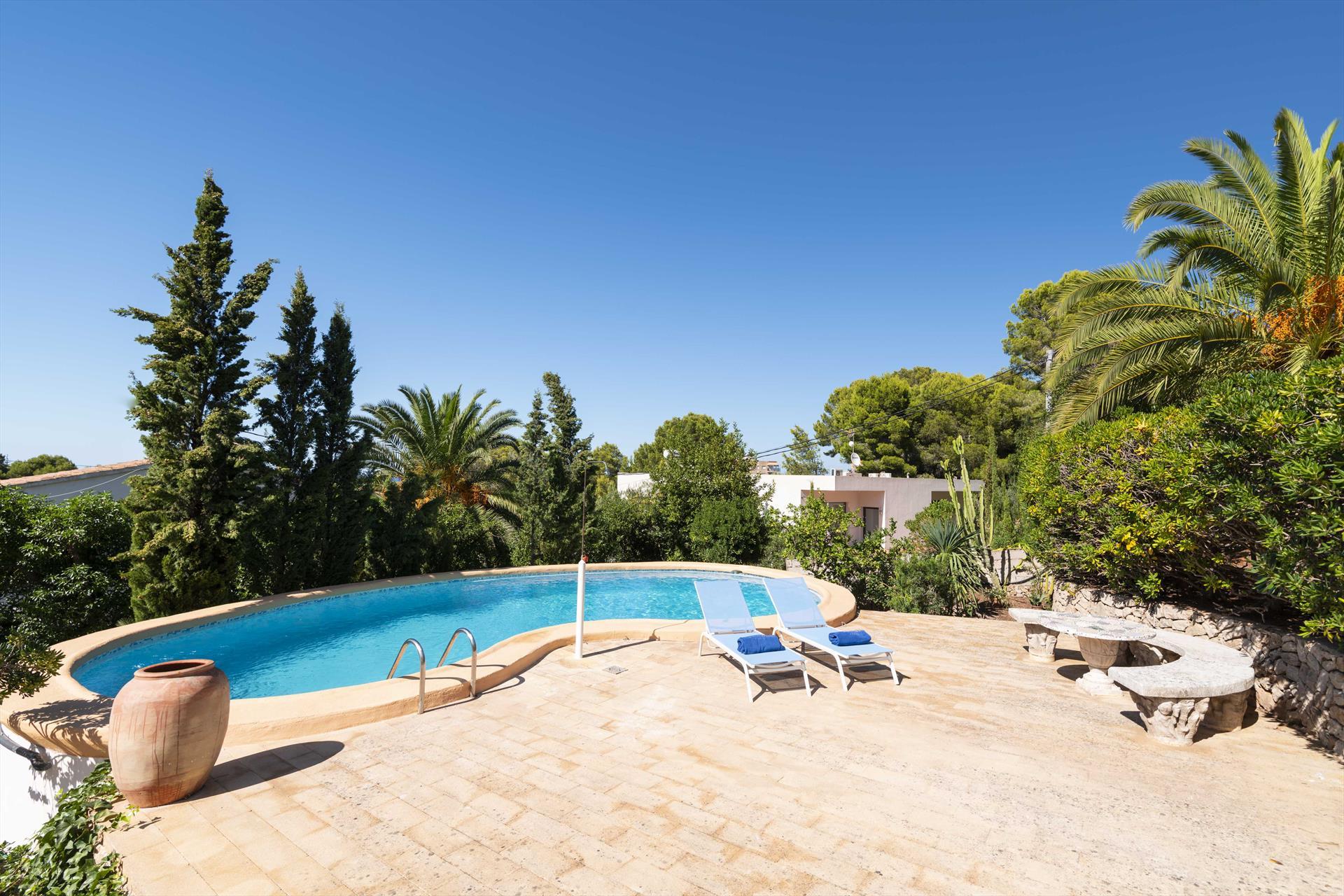 Piscina y tumbonas de una casa de vacaciones para siete personas en Dénia – Aguila Rent a Villa