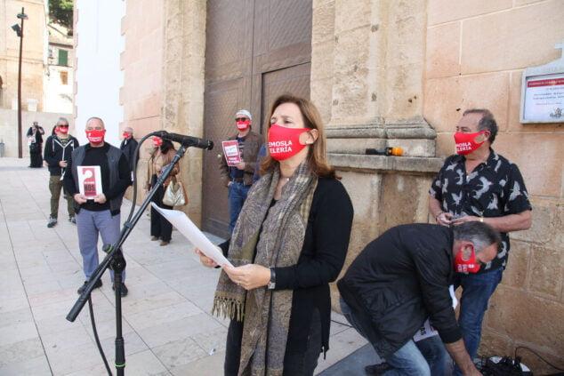 Изображение: представители AEHTMA читают манифест