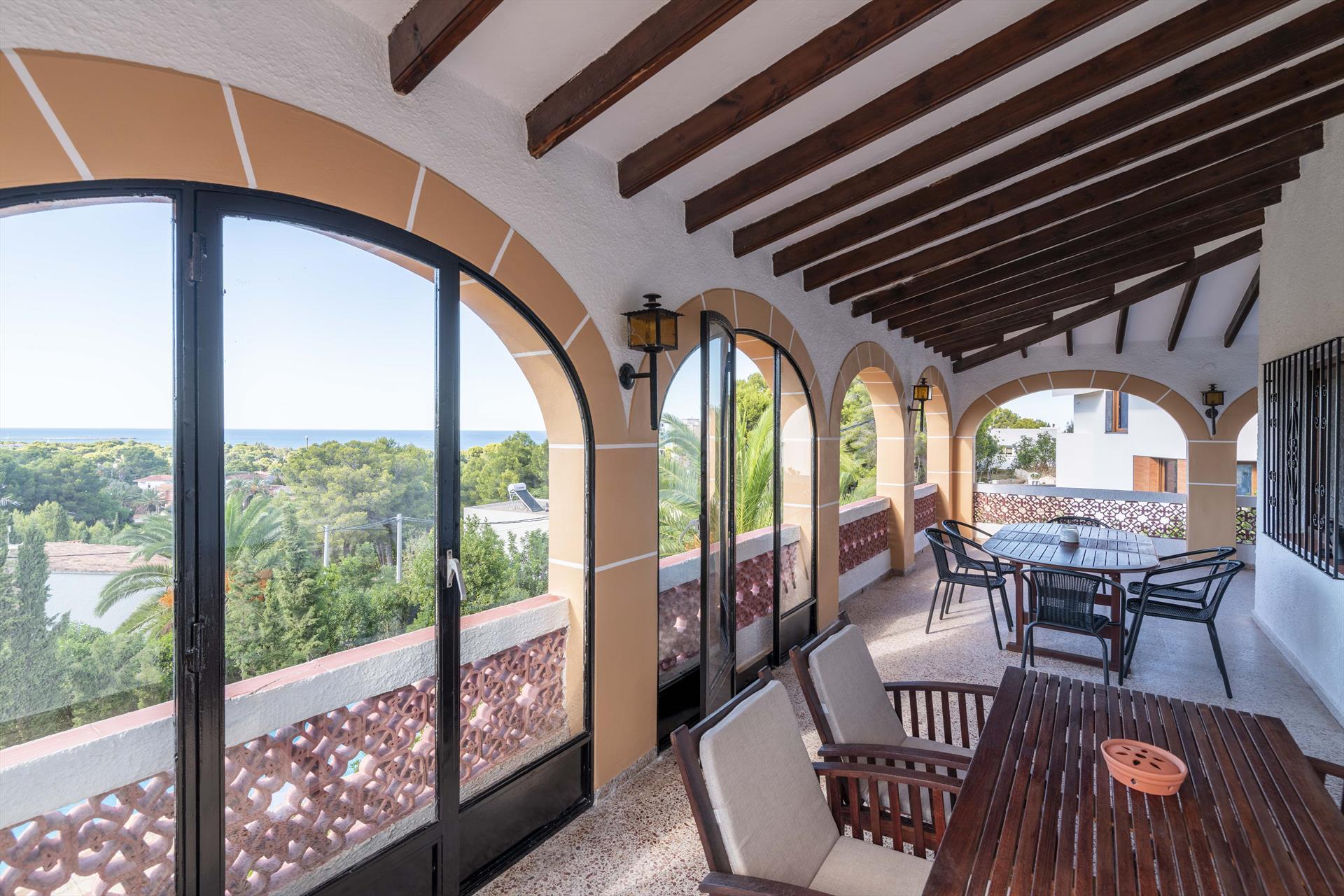 Terraza cubierta de una casa de vacaciones para siete personas en Dénia – Aguila Rent a Villa