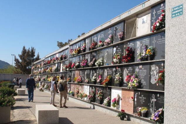 Imagen: Visitantes en el cementerio por el día de Tots Sants   Tino Calvo