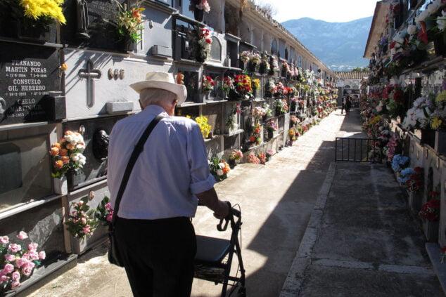 Imagen: Visitas al cementerio por el día de Tots Sants   Tino Calvo