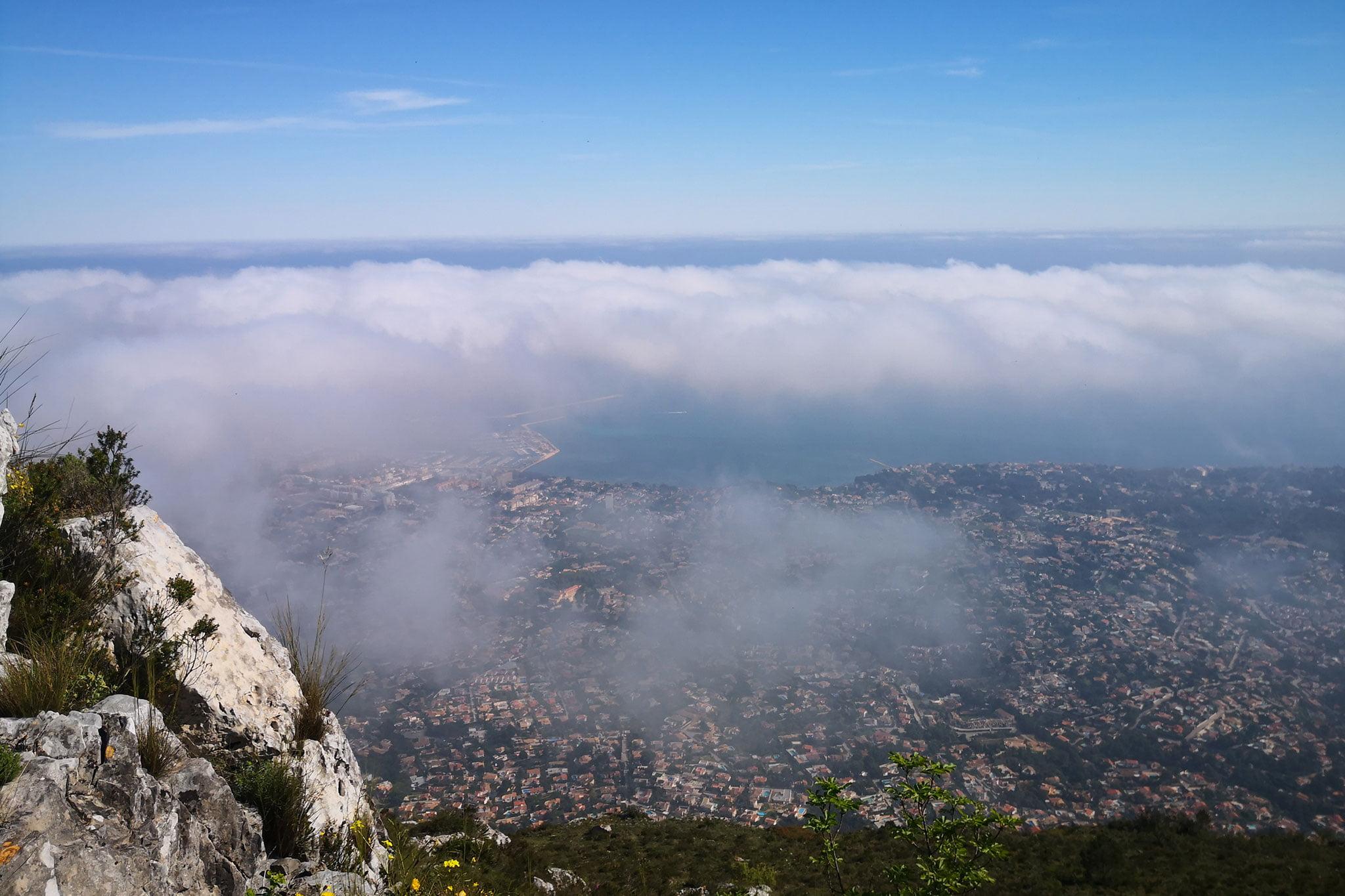Vista de Dénia desde la cresta rocosa del Montgó