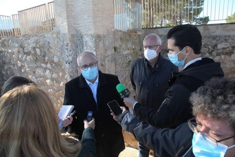 Antoni Such, Generaldirektor der lokalen Verwaltung, besucht das Ergebnis der Restaurierungsarbeiten