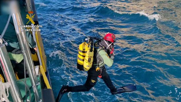 Imagen: Buzo de la Guardia Civil saltando al mar