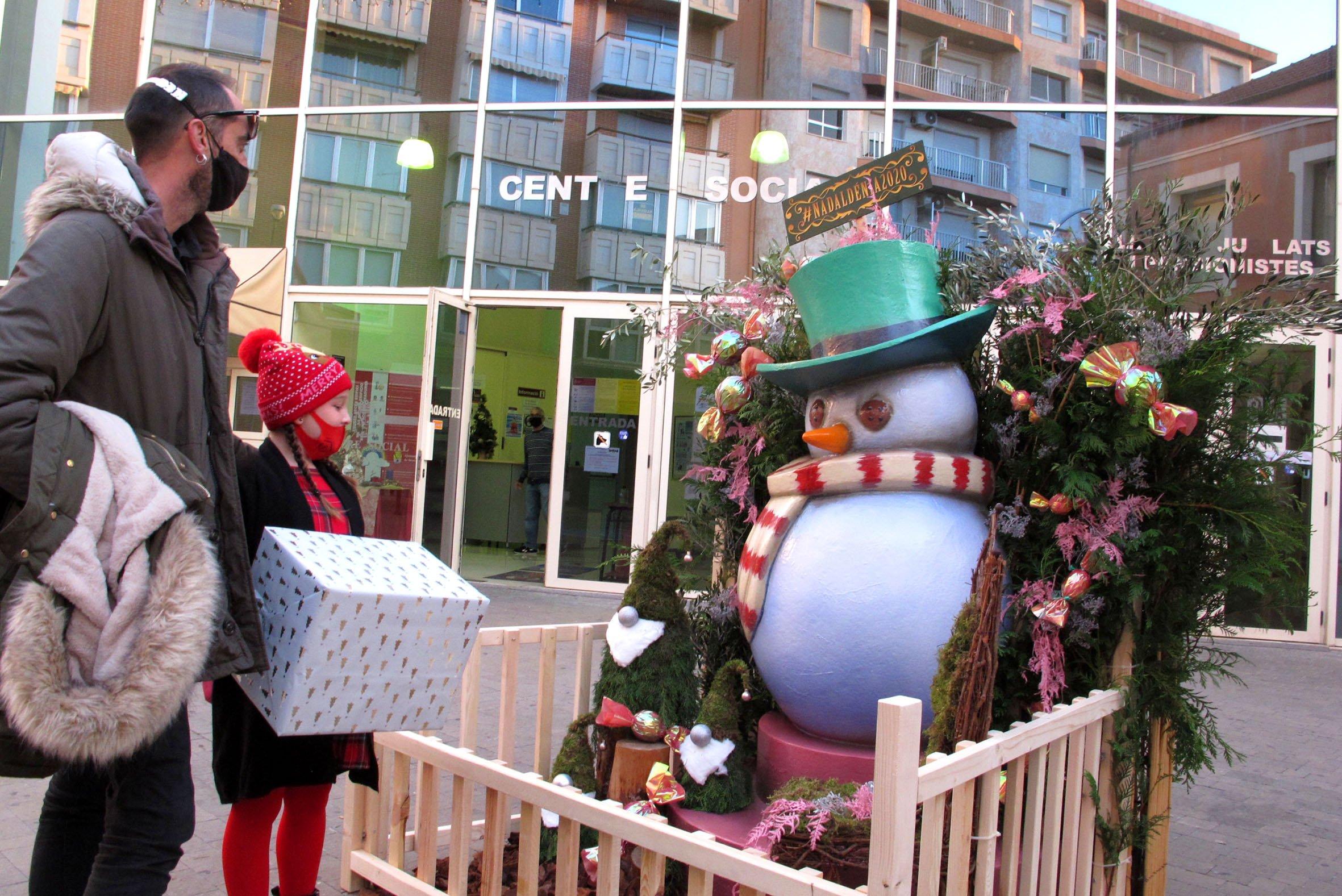 Un muñeco de nievo viste la zona del Centro Social