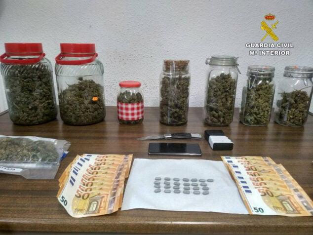 Image: Drogues et argent saisis sur les détenus