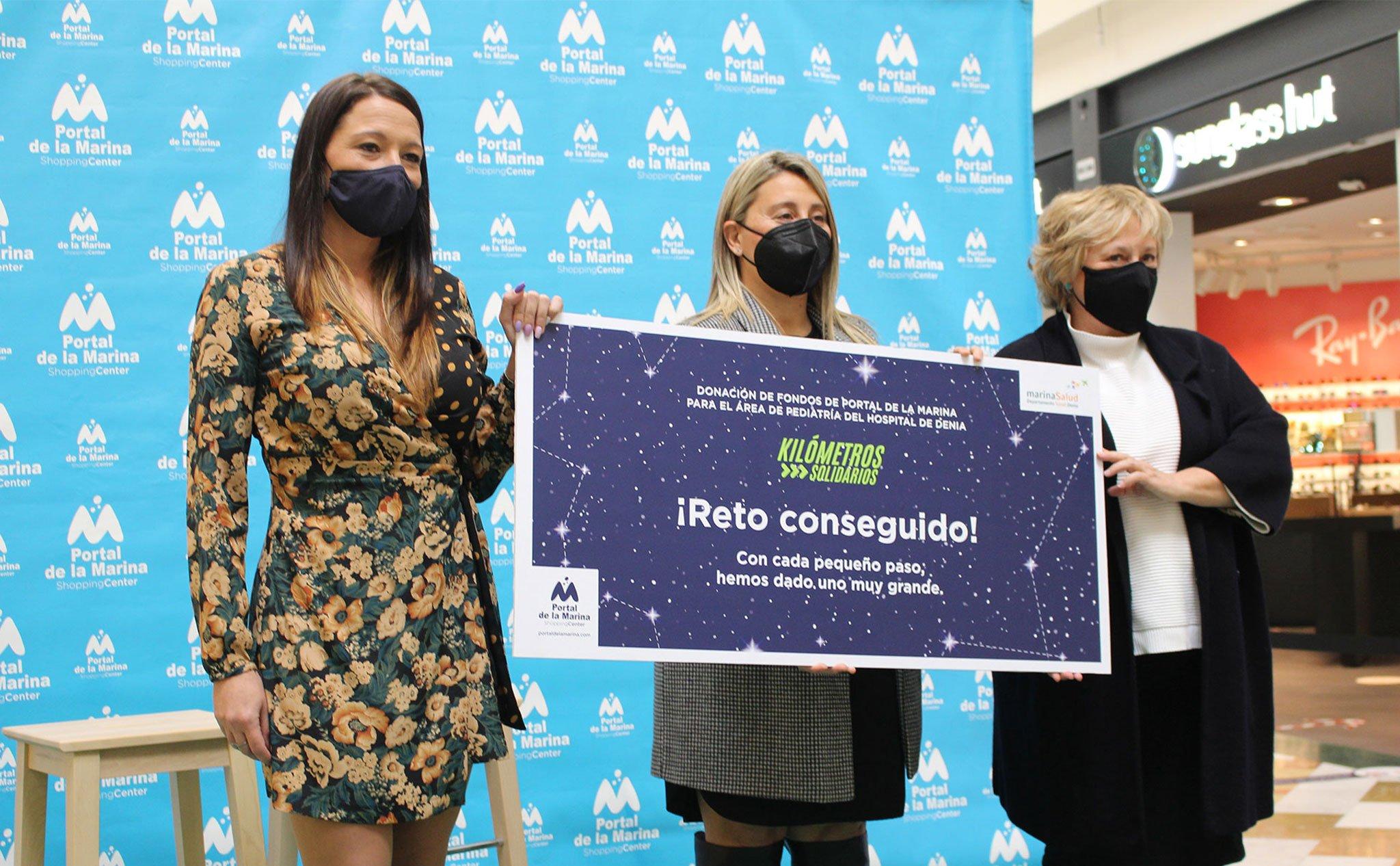 """Acto de entrega del cheque de """"Kilómetros Solidarios"""" por parte de Portal de la Marina al Hospital de Dénia"""