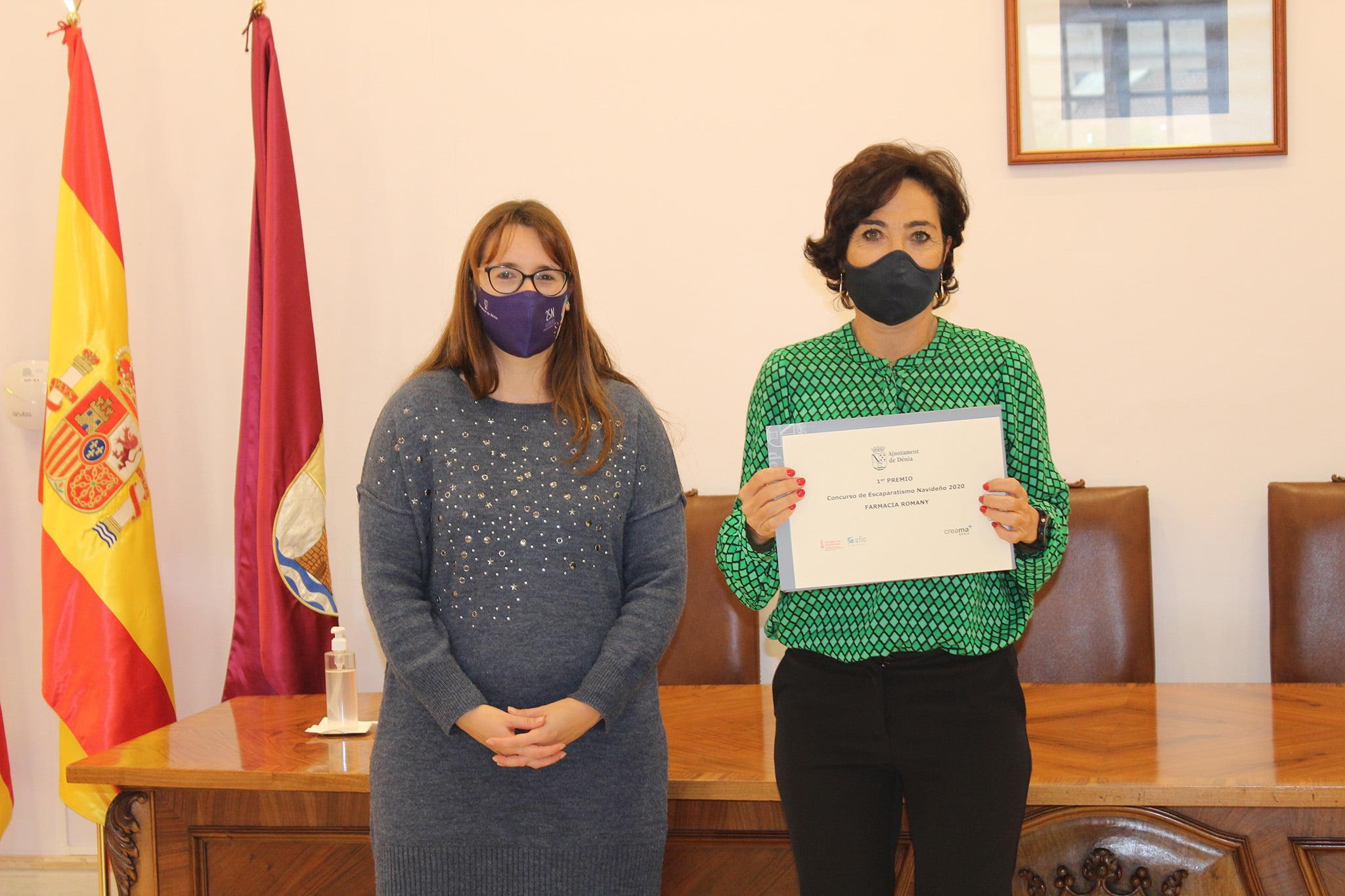 Entrega del primer premio del concurso de ambientación navideña