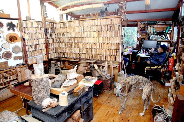 La xiloteca se encuentra en el interior de una cabaña, también de madera, hecha por Manuel