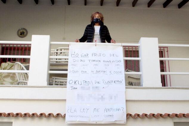 Image: Lali à côté de la bannière de plainte