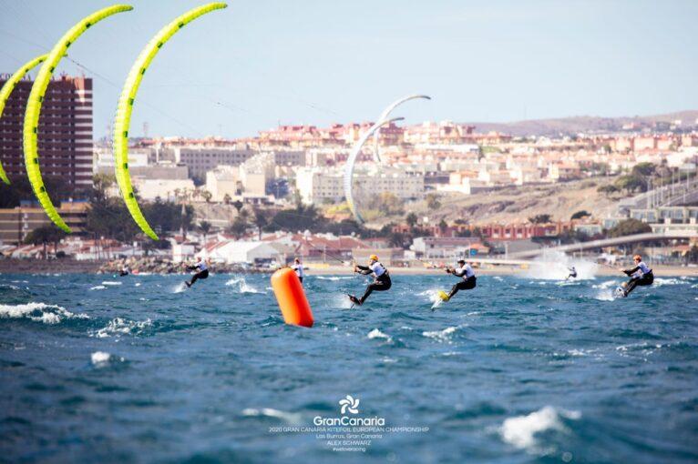 Los kitesurfistas durante la competición