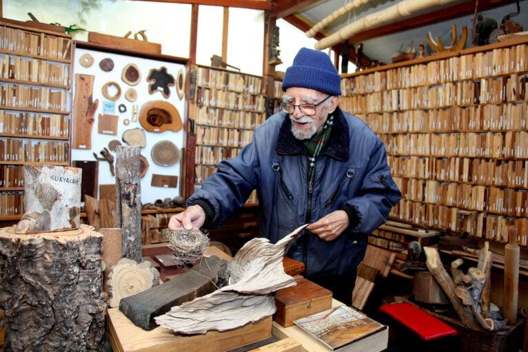 Manuel contando distintas anécdotas sobre sus piezas