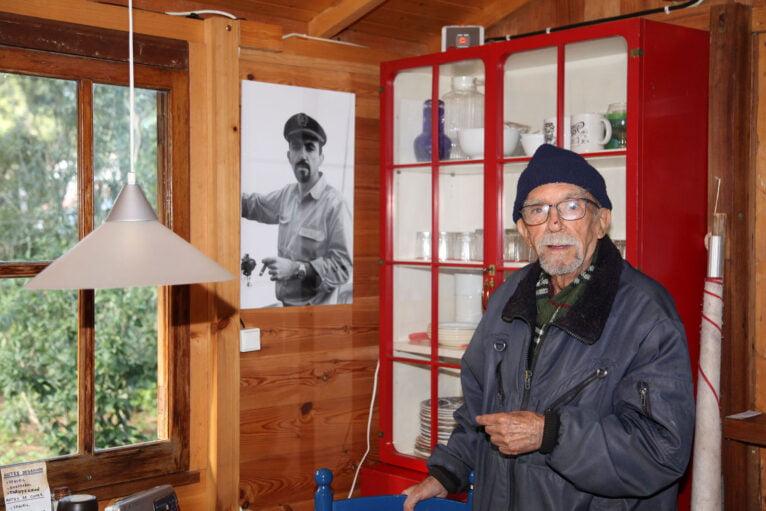 Manuel junto a una fotografía de sus años de capitán