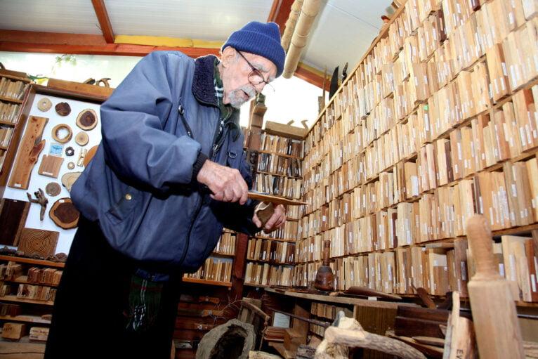 Manuel sosteniendo un cuchillo de madera