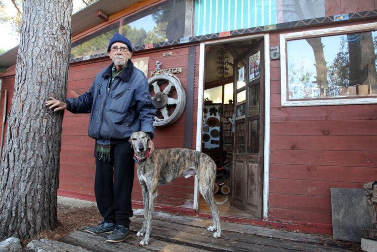 Manuel y Caco junto a la entrada de su xiloteca