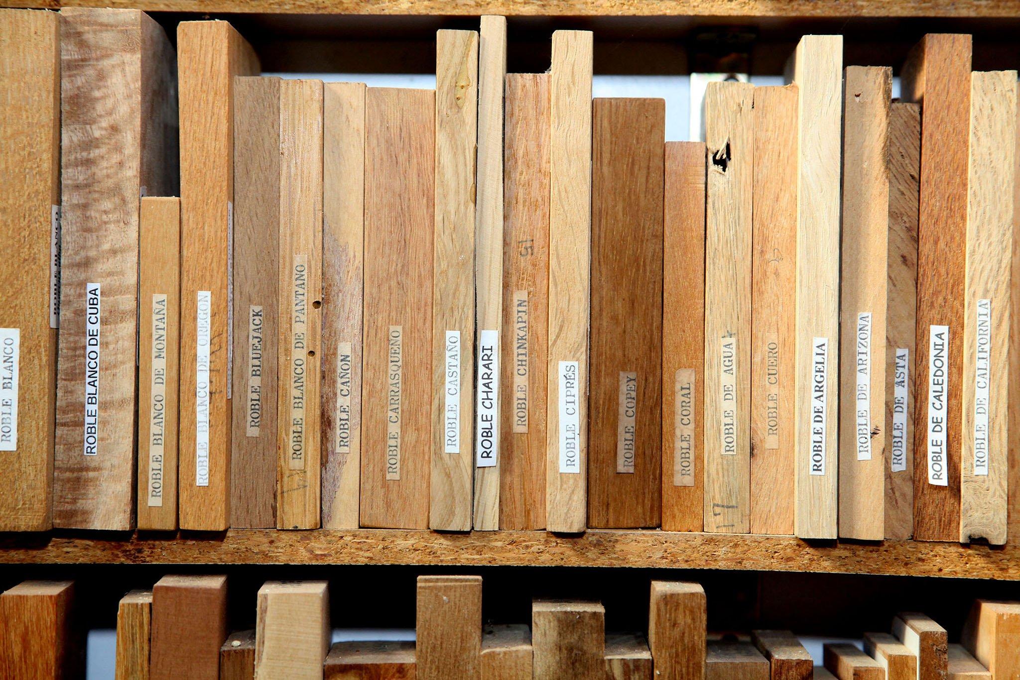 Piezas expuestas entre las estanterías